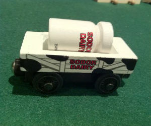 Thomas Wooden Railway – Sodor Dairy trucks